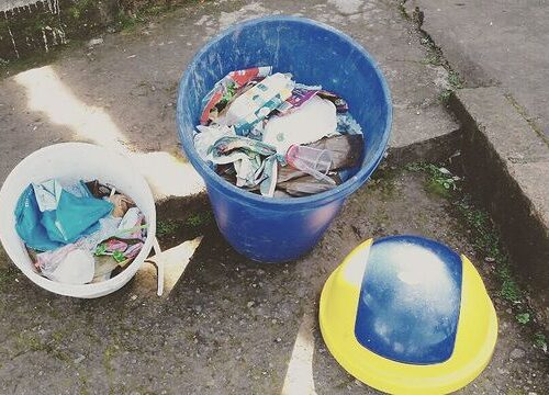 Fabricar contenedores de reciclaje para ponerlos en la escuela
