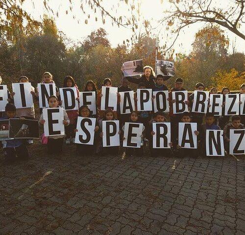 Movilización ciudadana para reclamar el fin de la pobreza en una manifestación con representantes políticos y medios